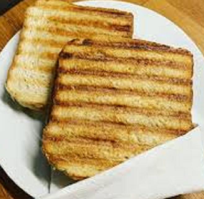 Frisk lavet parisertoast af groft brød, ost og røget skinke